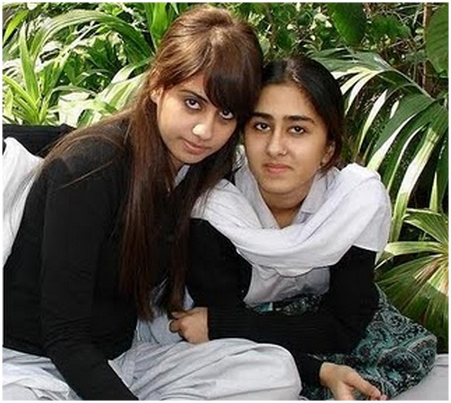 Pakistani Beautiful College Girls